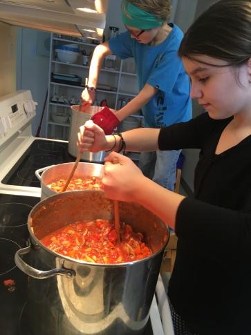 Les préparatifs : il faut cuisiner! Crédit photo : Sébastien De Nobile.