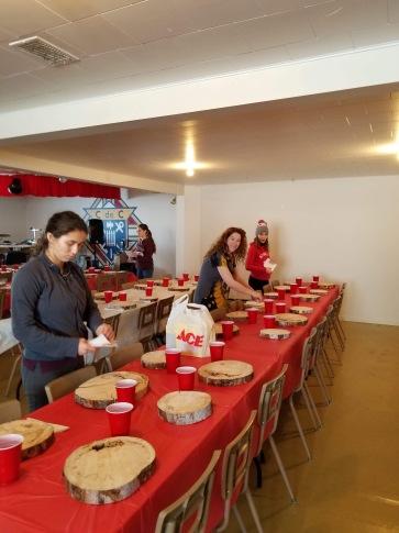Les préparatifs : la mise en place des tables. Crédit photo : Sébastien De Nobile.