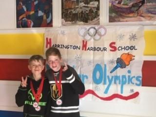 Alexis et Evan les amis médaillés.