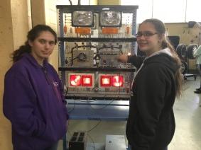 Leydi Paola et Ariane, les deux élèves de l'école St-Joseph qui ont participé à ce voyage. Photo par Kim Malouin.