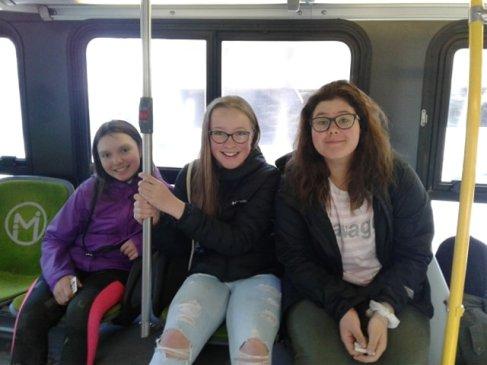 Ma première fois dans l'autobus de ville! (photo par Sarah Iris Foster)